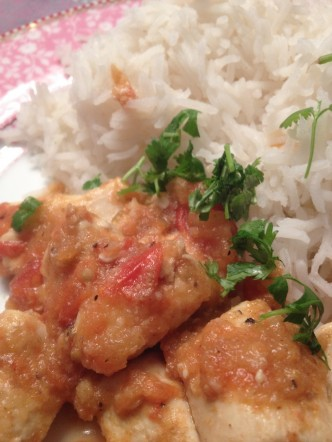 Kip, kruiden, tomaten, uien, komijn, groene peper, oriander, cayennepeper, knoflook, yoghurt