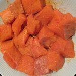gemarineerde zalm voor zalmcurry, cayenne peper, zout, kurkuma